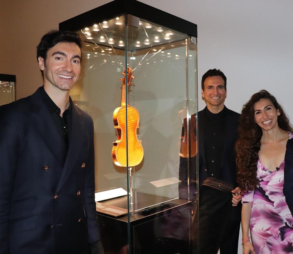 カーペンター3兄弟記念写真 ※写真内の展示ヴァイオリンは演奏使用のものと異なります