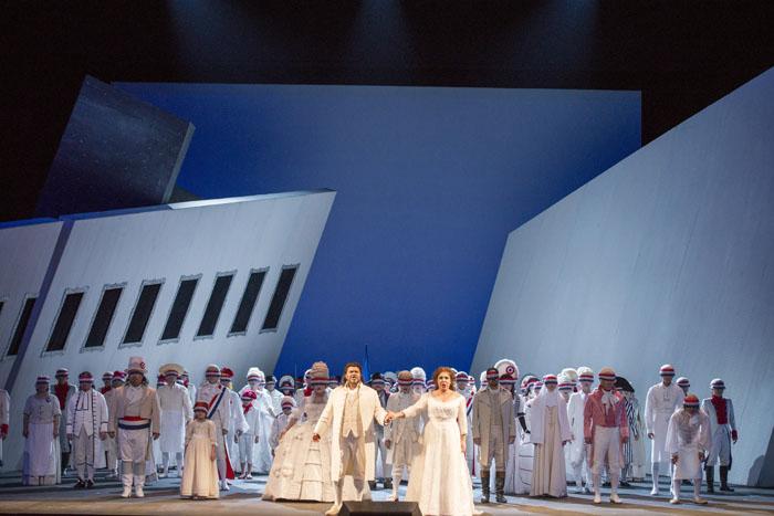 革命に散った人びとが再登場するフィナーレは心に迫る 撮影:寺司正彦 提供:新国立劇場