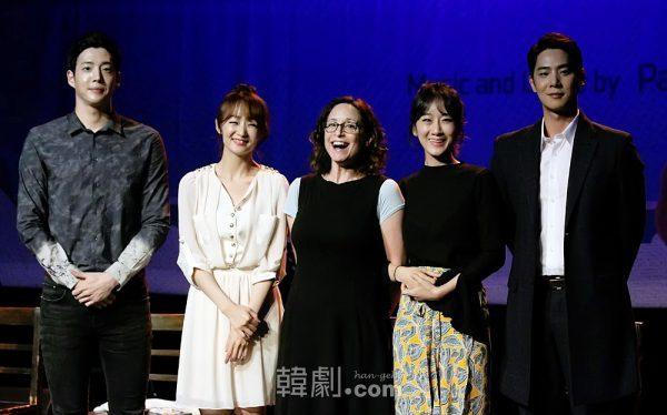 (写真左から)カン・ドンホ、イ・ジスク、ネル・バラバン演出家、ユ・リア、ソン・ウォングン