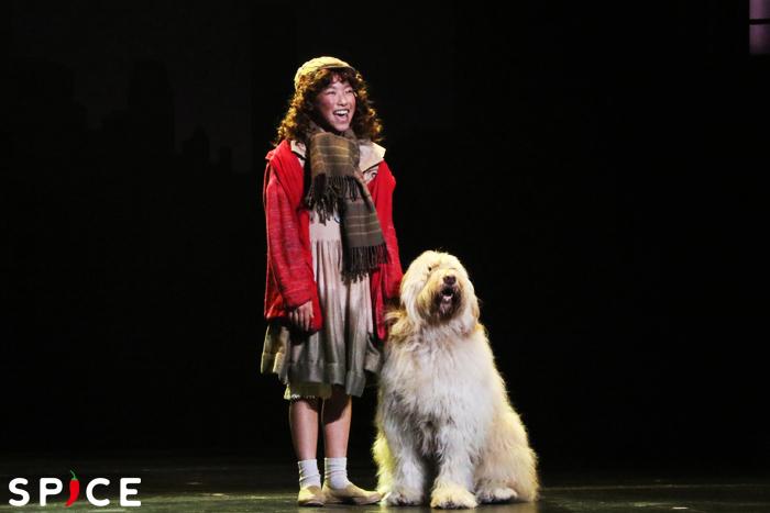 『アニー』2018 アニー(宮城弥榮)とサンディ。サンディは舞台初挑戦だ