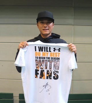 坂本選手をはじめ野手33名の直筆サイン入り「WITH FANS」Tシャツを出品