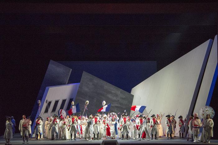 激変する革命のドラマが鮮やかな舞台で展開された 撮影:寺司正彦 提供:新国立劇場
