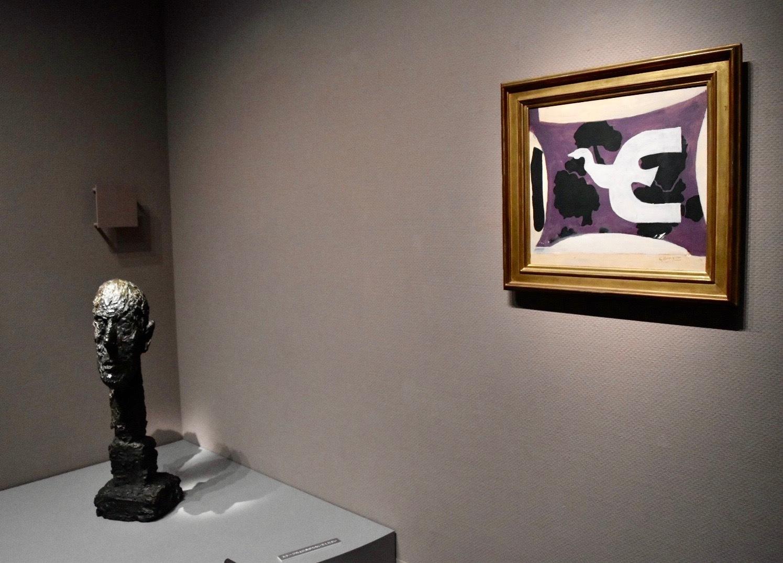 展示風景:右:ジョルジュ・ブラック 《鳥》 1956年 左下:アルベルト・ジャコメッティ 《モニュメンタルな頭部》 1960年