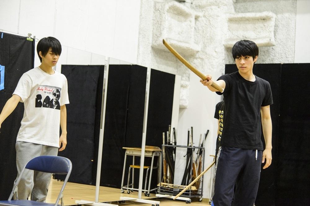(左から)岡宮来夢、西銘駿