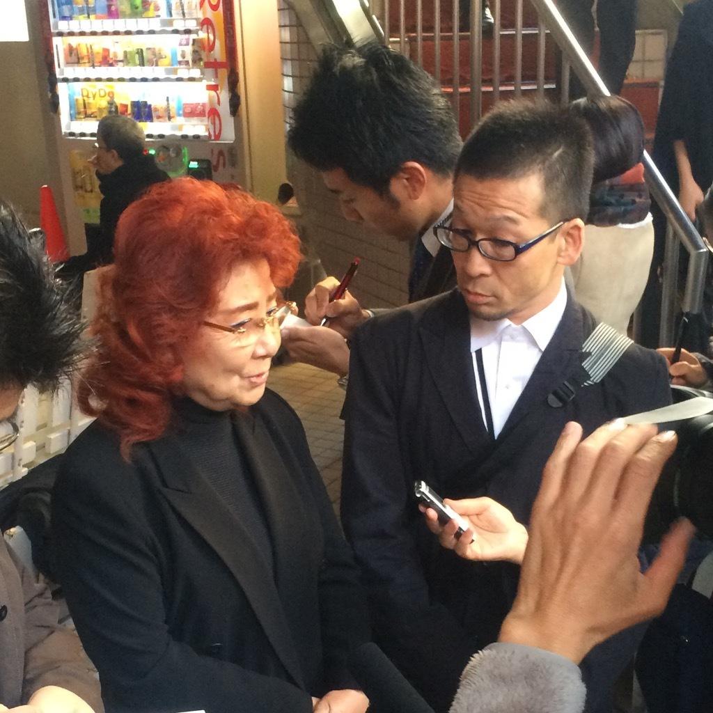 テレビのインタビューに答えて、熊倉一雄の思い出を語る野沢雅子。