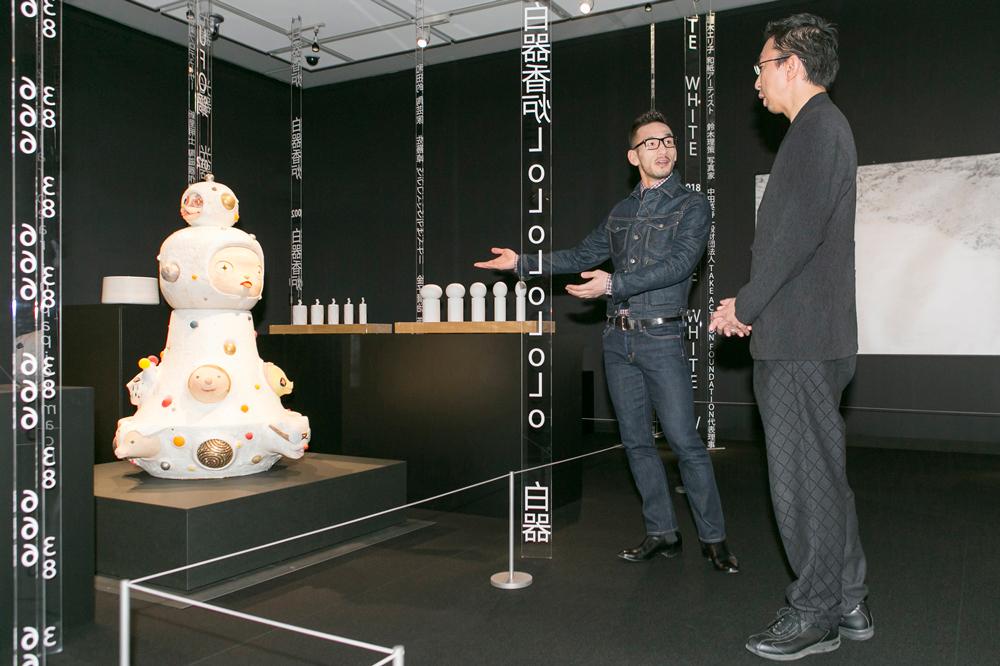 「UFO鍋」植葉香澄、奈良美智、中田英寿 2010年 茨城県陶芸美術館蔵/作品を解説する中田英寿