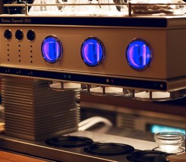 日本に2台しかないというドリップマシン「Ueshima Dripmaster 5000」で美味しいコーヒーを味わえる。このほかにエノマティック社のワインサーバーを設置するなど、ドリンク提供にもこだわりを感じる。