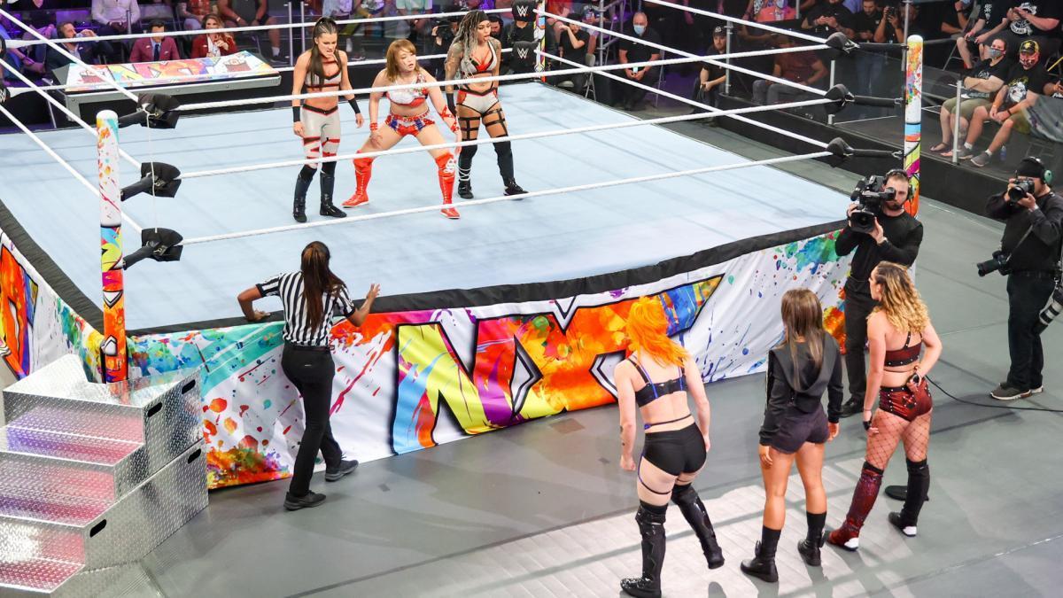 サレイ(リング上中央)が6人タッグ戦で強豪マンディ・ローズ(リング下中央)と対戦した (c)2021 WWE, Inc. All Rights Reserved