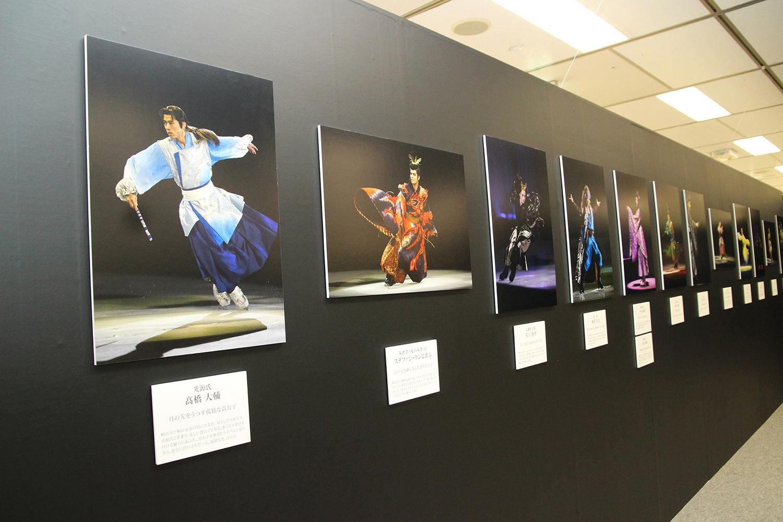 会場では公演の様子を収めた写真がパネル展示されていた