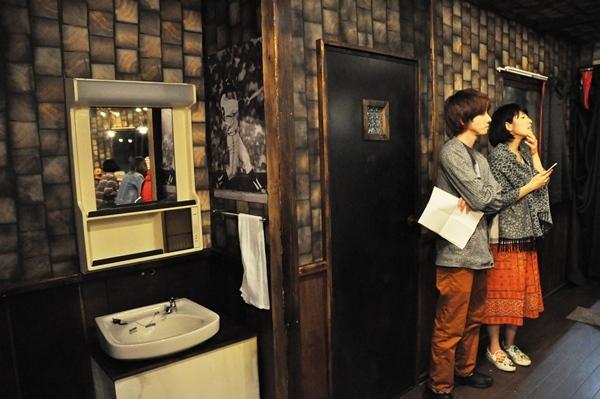 トイレや洗面台も非常にリアル。壁には長嶋茂雄のポスターが。 [撮影:吉永美和子]