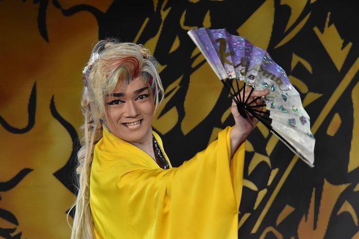 副座長・里美京馬(さとみ・きょうま)さん。メンバーカラーは黄色。客席を笑わせる人気者。魂のこもった芝居も見どころ。