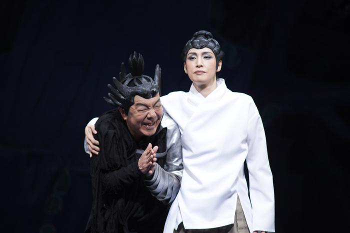 NODA・MAP『贋策 桜の森の満開の下』ゲネプロより(左から)古田新太 天海祐希