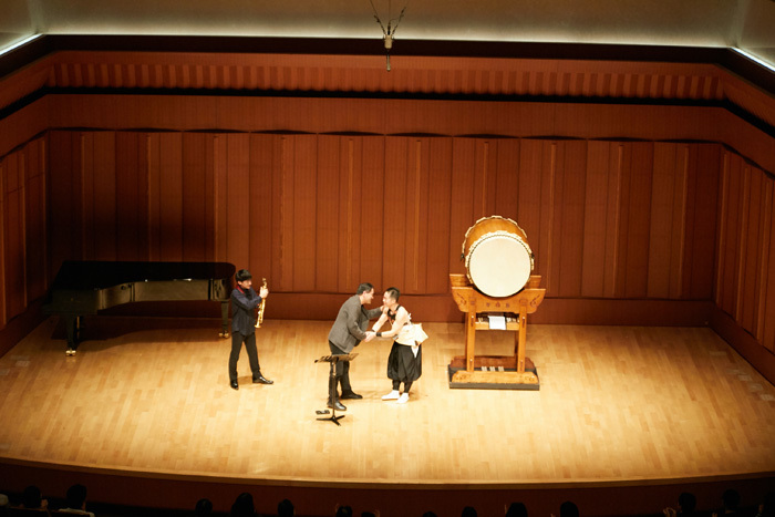 当日は作曲家の藤倉大も駆けつけ握手を交わした