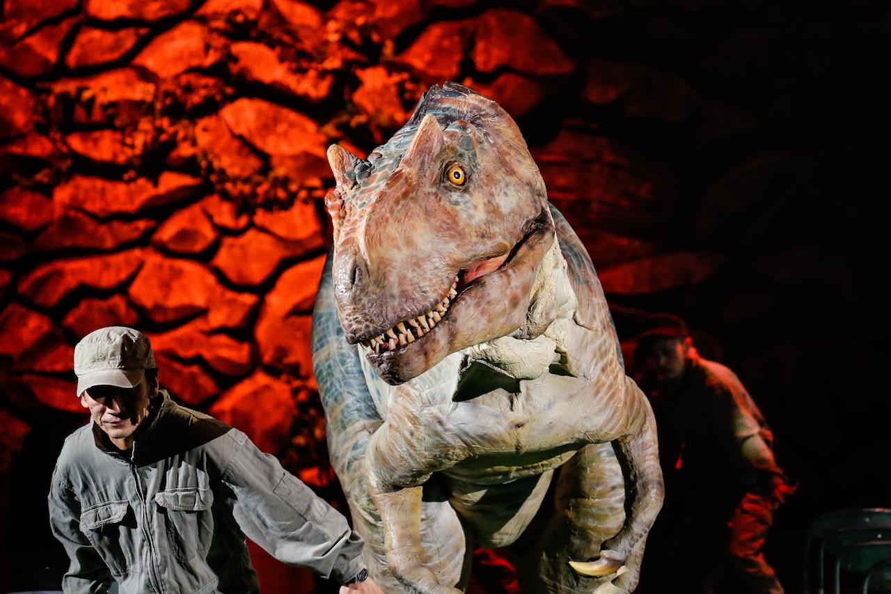 ティラノサウルスもアリーナを駆け巡る! 最前列は襲われないように気をつけて!