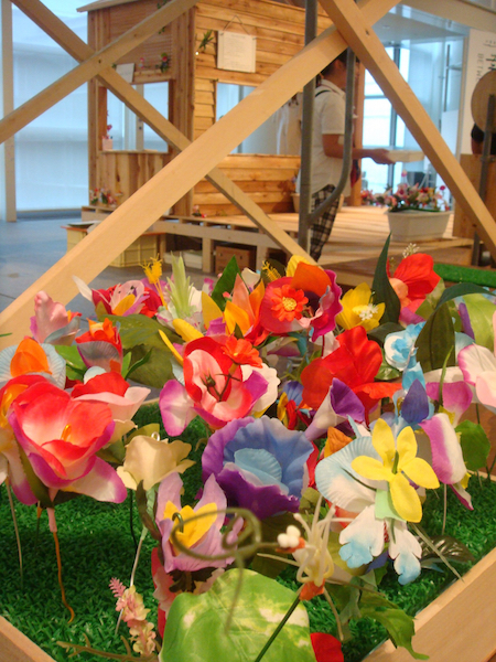 会場風景5 好みの花びらや葉を組み合わせてオリジナルの花をつくる『新種発見ガーデン』は、人気のあまりプランターが増殖中とか
