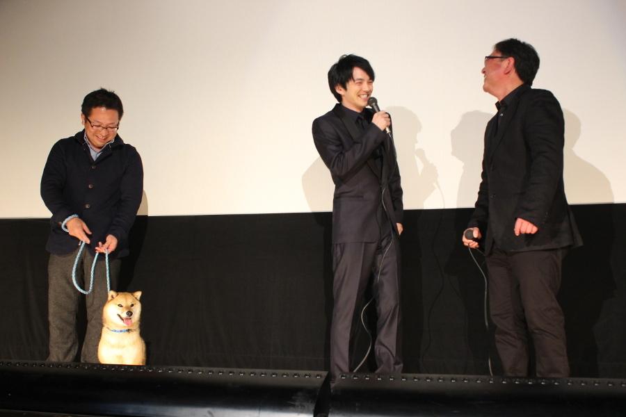 左から、松岡(飼い主)、柴犬チョコ、林遣都、東伸児監督