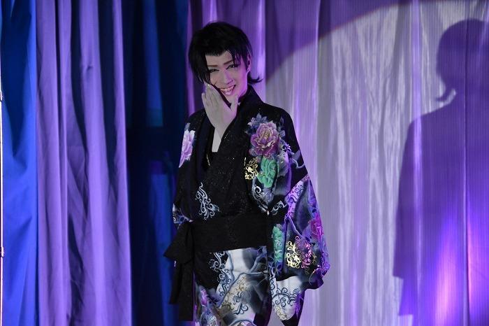 J-POPの舞踊中、人懐っこい笑顔を見せる三代目座長。