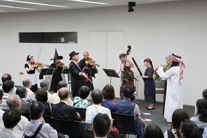 竹中工務店いちょうホールでは、モーツァルト「音楽の冗談」を趣向を凝らした扮装で! (C)飯島隆
