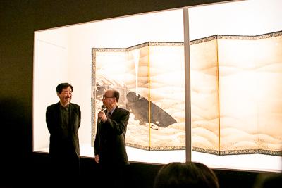 長年の師弟関係にある辻惟雄氏(右)と山下裕二氏(←)。後ろには、伊藤若冲《象と鯨図屛風》(部分)。