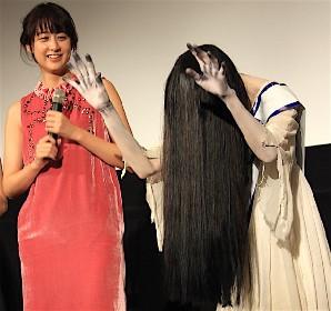 貞子がバンザイ!ホラー界の女王の座を獲得。敗者・伽椰子は屈辱のゴミ拾い