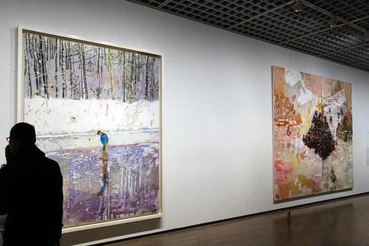 左:《ブロッター》1993 油彩、キャンバス 249x199cm リバプール国立美術館 ウォーカー・アート・ギャラリー、右:《スキージャケット》1994 油彩、キャンバス 295x351cm テート