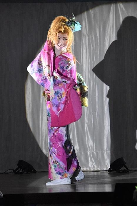 三代目・山口英二朗座長の女形。この10月は三代目の誕生日月公演だ。