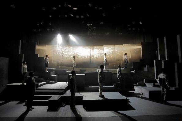 松本雄吉演出『石のような水』(2013年) photo: Toshihiro Shimizu