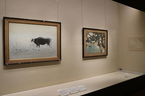 左は小林古径《牛》1943(昭和18)年、右は川合玉堂《松竹朝陽》1956(昭和31)年頃