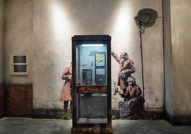 《Spy Booth》(2014)の再現展示。実物は建物の工事中になくなってしまったという。