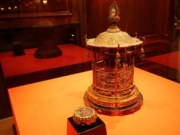 宝相華や龍の透かし彫りが美しい「金銅透彫舎利容器」(鎌倉時代、西大寺)