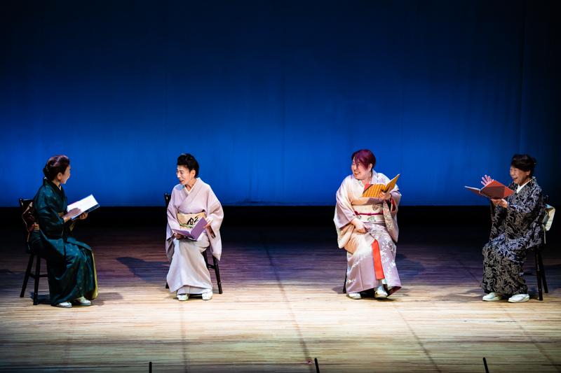 『湯島の春』(左から)村岡ミヨ、高橋よし子、小川絵莉、伊藤みどり。手にもつ台本の表紙には、それぞれの役を象徴する柄があしらわれている。