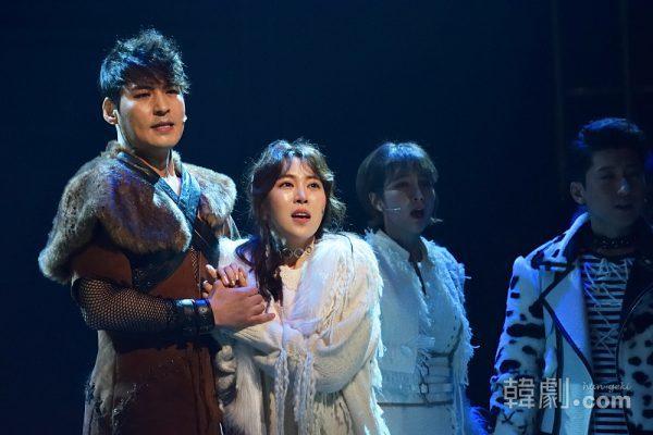 ジン役のキム・ジュンヒョン(左)と、マーティ役のチョン・ジェウン