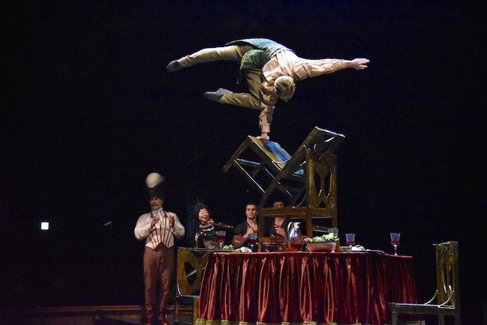 『ダイハツ キュリオス』東京公演公開リハーサルの様子。作品名は『UPSIDE DOWN WORLD-BLANCING ON CHAIRS-(バランシング・オン・チェア)』  撮影=五月女菜穂