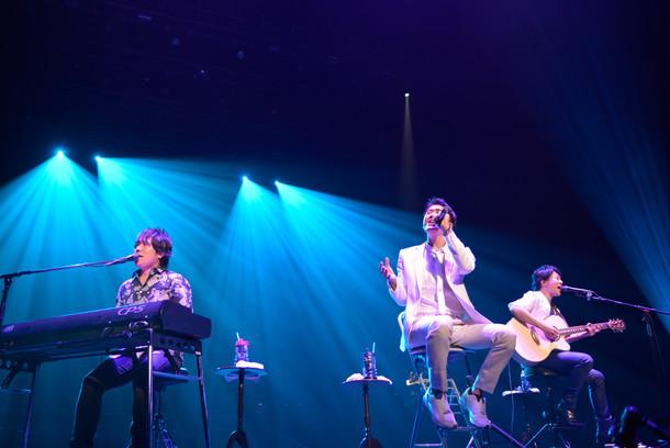 「DEEN LIVE JOY Special 日本武道館2015」アコースティックコーナーの様子。(写真提供:EPICレコードジャパン)