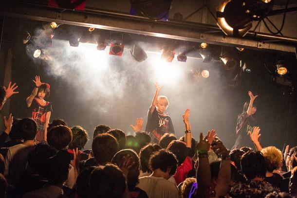「プティパ -petit pas!- 1st one-man tour」大阪・心斎橋CLUB DROP公演の様子。(撮影:真島洸[M.u.D])