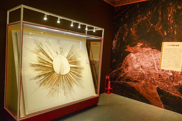 《インカ帝国のチャチャポヤス地方で使われたキープ》 インカ文化 ペルー文化省・ミイラ研究所・レイメバンバ博物館所蔵
