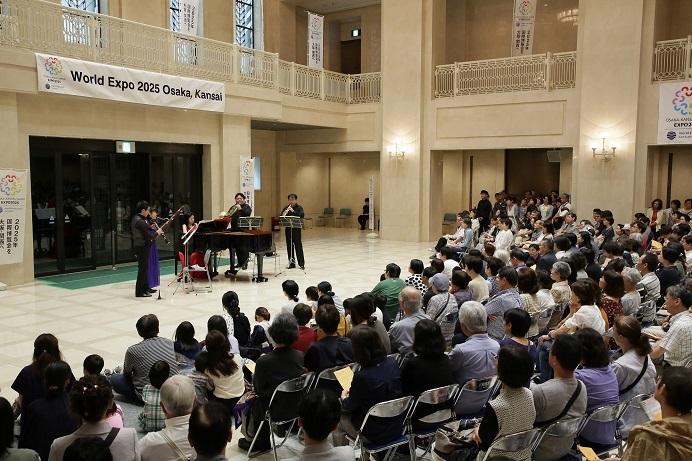 大阪市役所の正面玄関ホールもこの日はコンサート会場だ! (C)飯島隆
