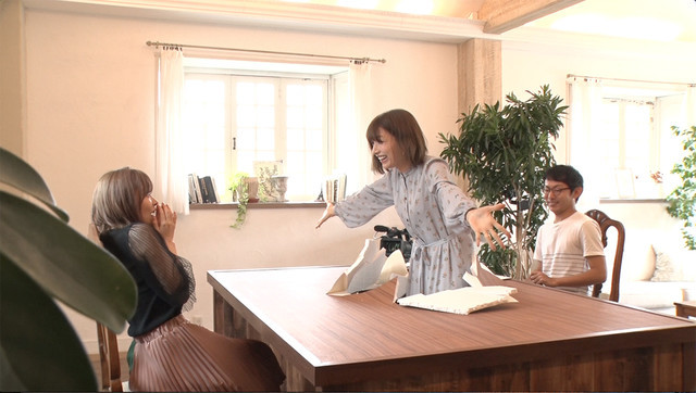指原莉乃(左)の前にテーブルを突き破って現れる後藤真希(中央)。(c)日本テレビ