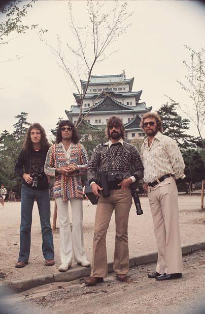 QUEEN EXHIBITION JAPAN/名古屋城観光を満喫するフレディとジョン