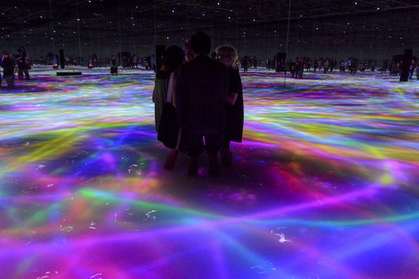 人と共に踊る鯉によって描かれる水面のドローイング - Infinity Drawing on the Water Surface Created by the Dance of Koi and People - Infinity  teamLab, 2016-2018, Interactive Digital Installation, Endless, Sound: Hideaki Takahashi