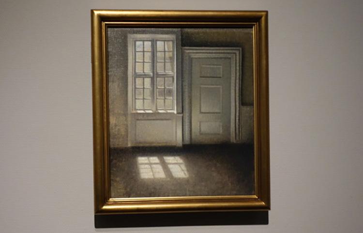 ヴィルヘルム・ハマスホイ《室内─陽光習作、ストランゲーゼ30番地》1906年 デーヴィズ・コレクション