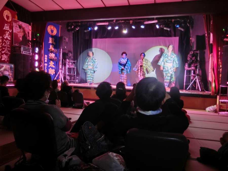 温かな雰囲気の中、舞踊ショーでは一人一人の演者に拍手が贈られる。