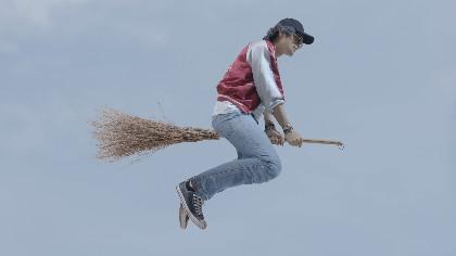 空飛ぶ伝説の童貞=斎藤工らの姿が明らかに 映画『魔法少年☆ワイルドバージン』場面写真を公開
