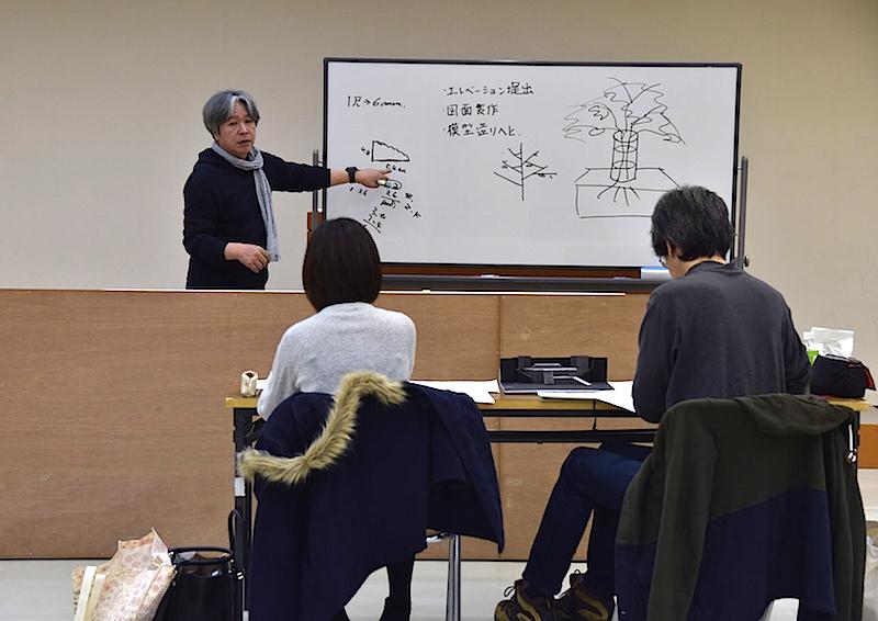 舞台美術WSの第1回目は、セット造りの基礎を学ぶ講義から。奥が講師の田岡一遠。 撮影:カシワナオミ