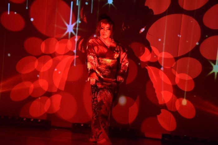凝った照明で舞台の表情が変わる。