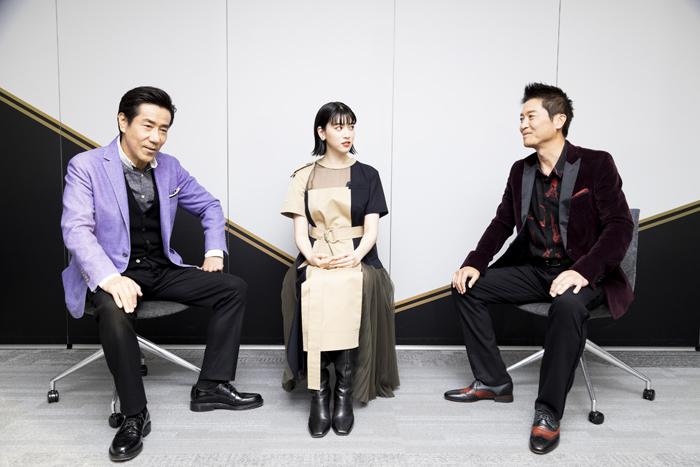 (左から)岸谷五朗、三吉彩花、寺脇康文