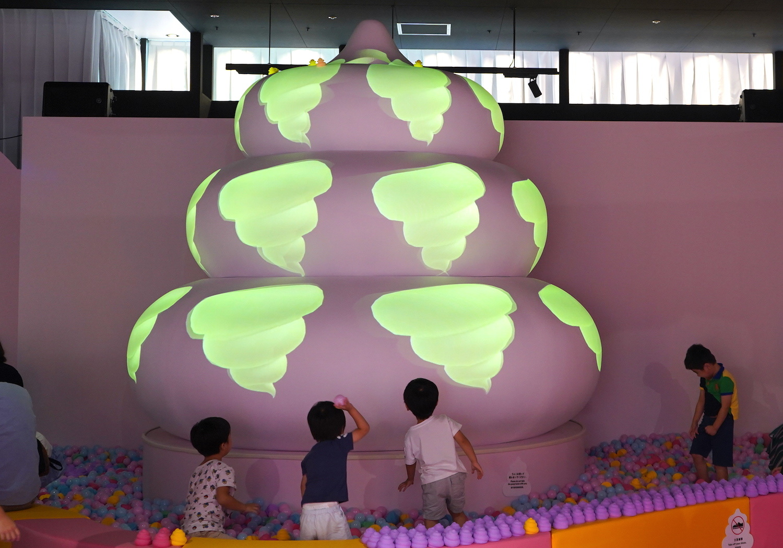 カラフルなうんこに興味津々の子どもたち。紫のうんこを並べて遊ぶ姿も。