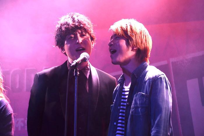 製作発表記者会見で歌唱披露する堂珍嘉邦(左)と村井良大