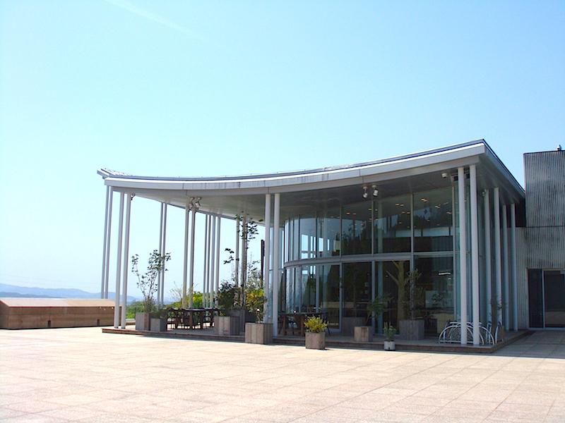 別棟には、5月1日にオープンしたばかりの見晴らしの良いレストラン『YOUR TABLE』も。(9:30〜22:00 月曜定休)