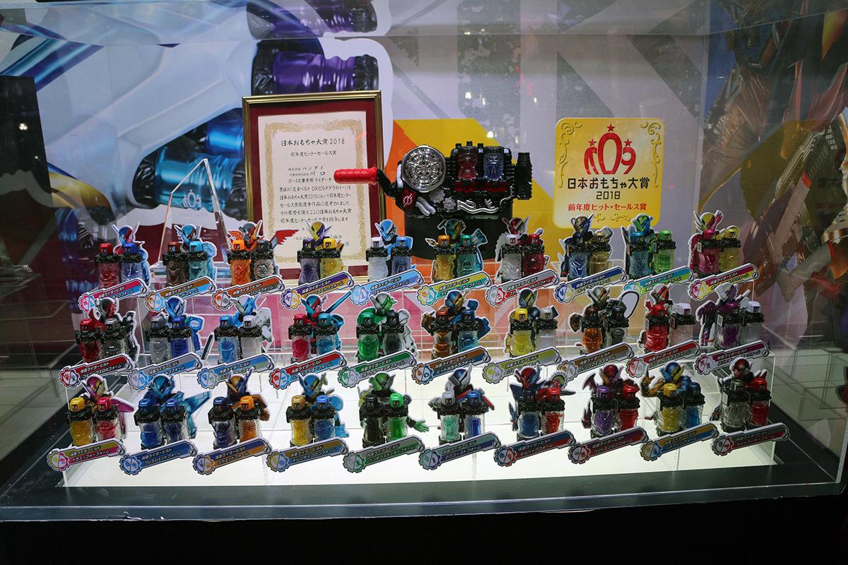 日本おもちゃ大賞2018の「前年度ヒットセールス大賞」を受賞した「変身ベルト DXビルド ドライバー」。フォーム別フルボトルをベルトにセットするとLEDが光る!